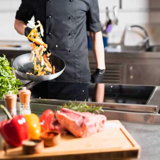 foto de homem cozinhando em fogão para restaurante